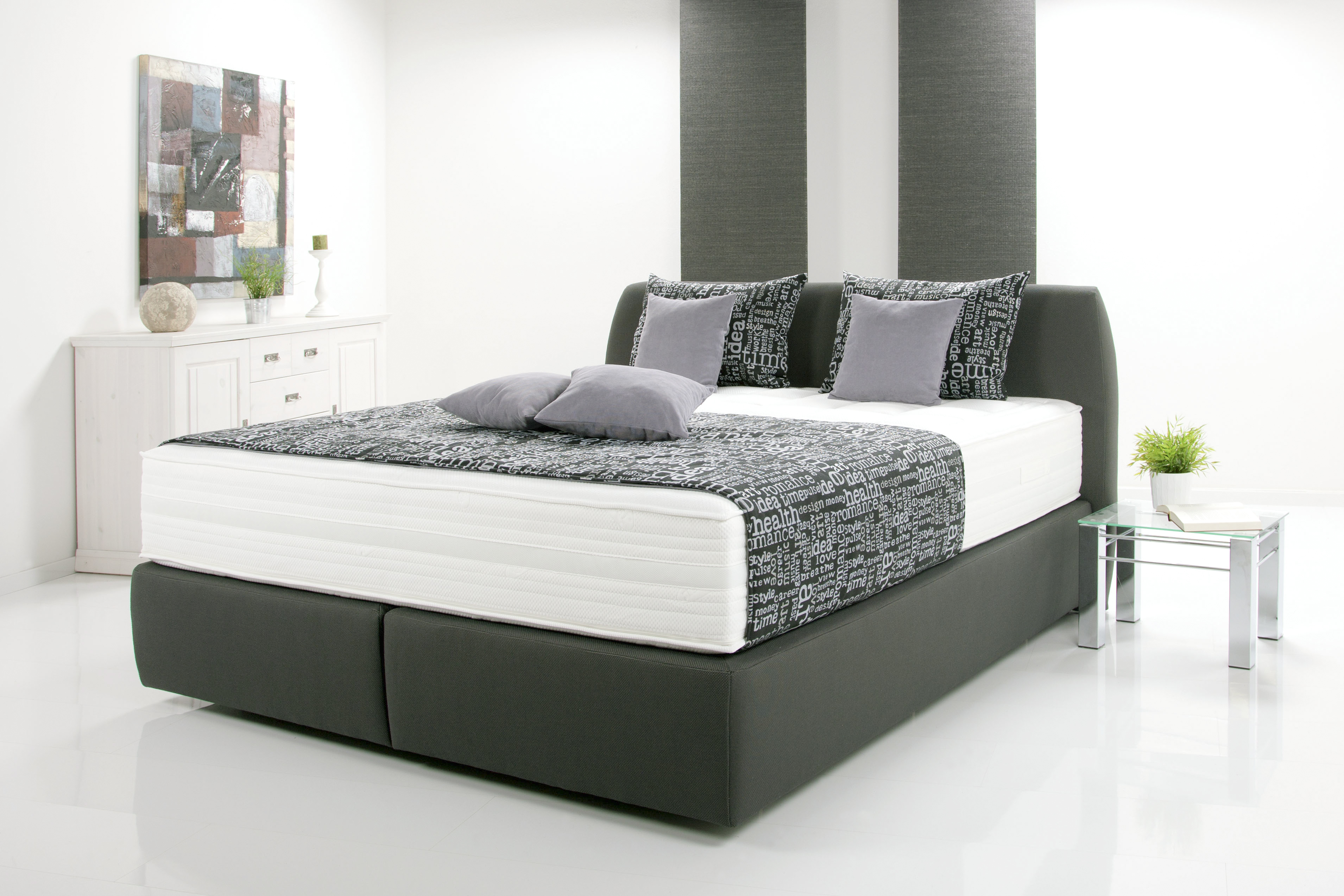 kleines schlafzimmer in weiss. Black Bedroom Furniture Sets. Home Design Ideas